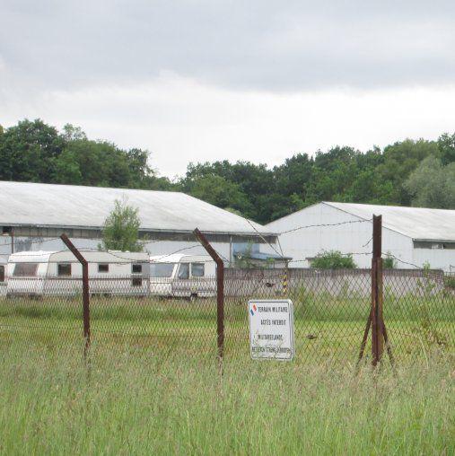 Derrière les barbelés du Fort Hoche, quelques caravanes attendent d'accueillir de nouvelles familles.
