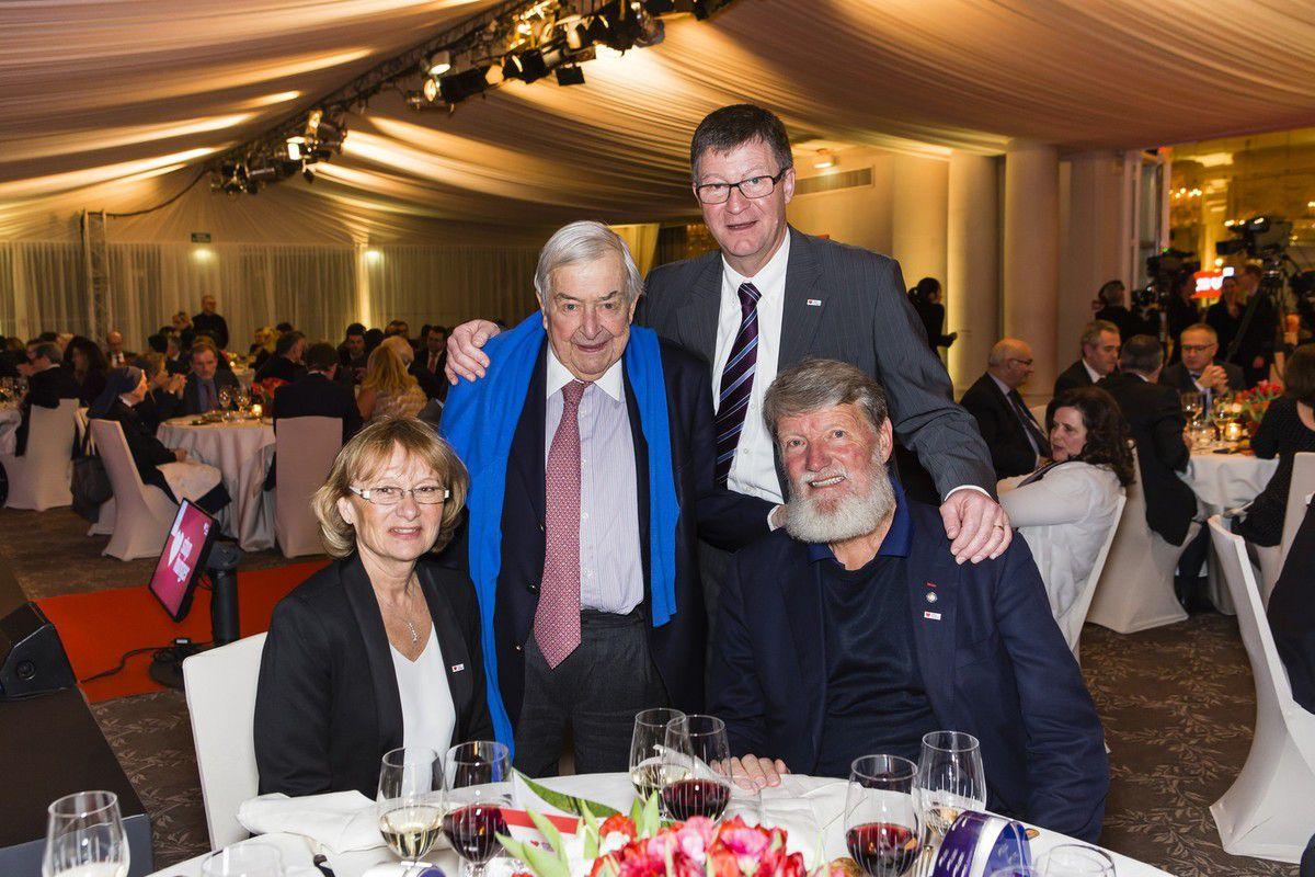 De gauche à droite : Elizabeth Carpentier, directrice des Ressources humaines chez Sodexo ; Pierre Bellon, fondateur de Sodexo ; Patrick Boonefaes et le père Pedro à Paris.