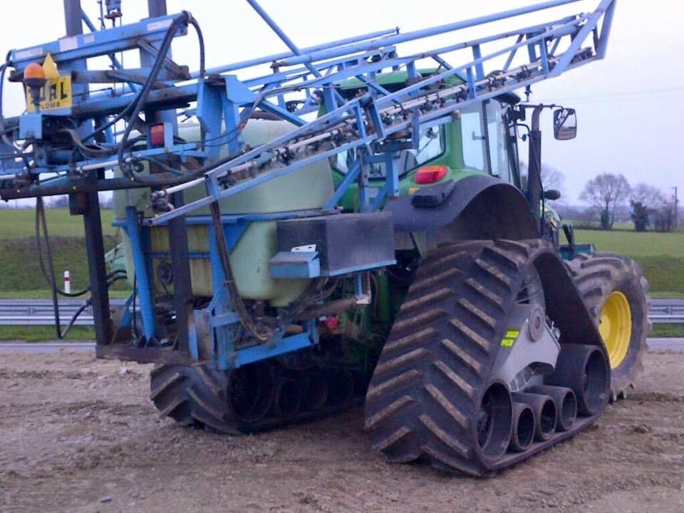 Épandage d'azote et désherbage avec tracteur équipé de chenilles pour zones humides.