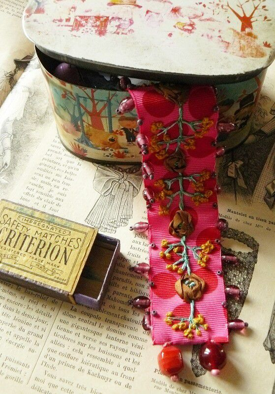Bracelet&quot&#x3B;gypsy&quot&#x3B;brodé au ruban.