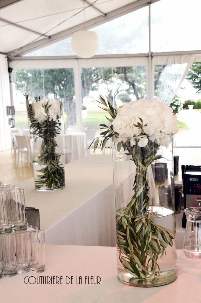Vases Buffet avec hortensias et olivier