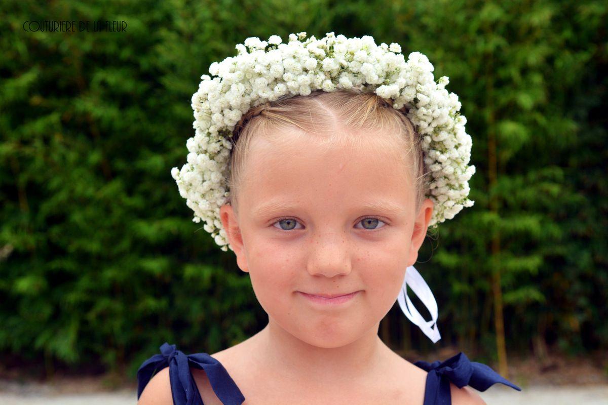 Les jolies demoiselles d'honneur et leurs couronnes de fleurs