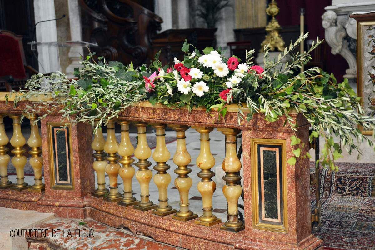 Décoration florale de Notre-Dame des Tables : compositions florales, décorations des bancs d'église, paniers de pétales de roses à lancer