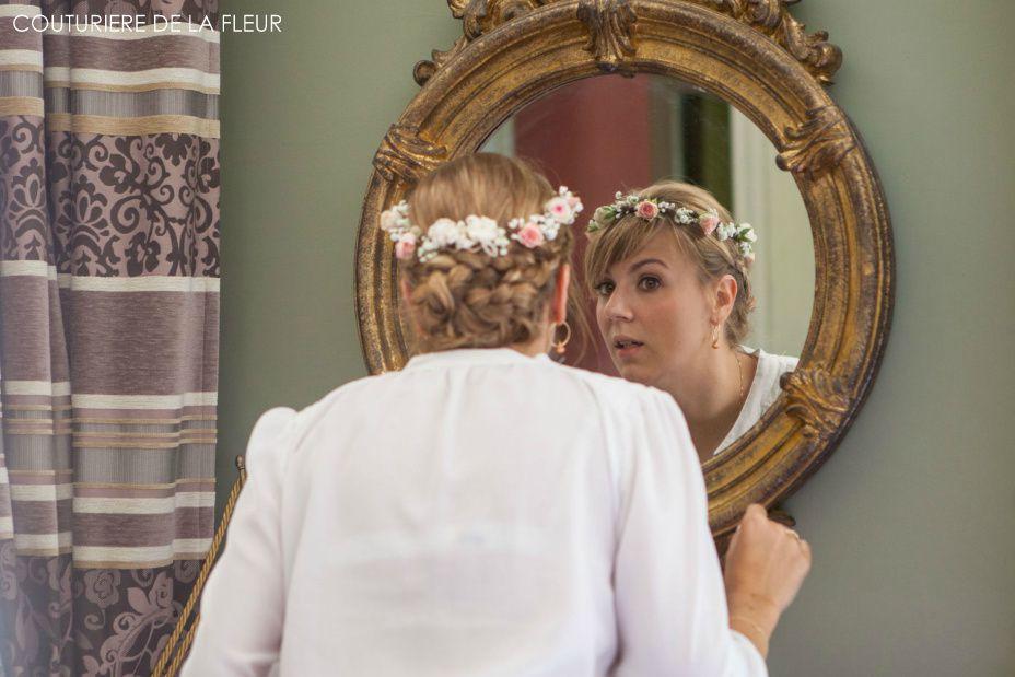 La jolie Erica, son bouquet de mariée et sa couronne de fleurs
