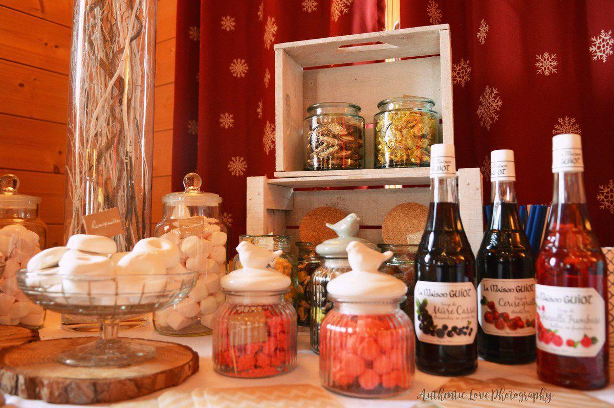 Mise en scène et décoration de la table d'accueil, avec urne et livre d'or personnalisés + Bar à douceurs + Plan de tables personnalisé