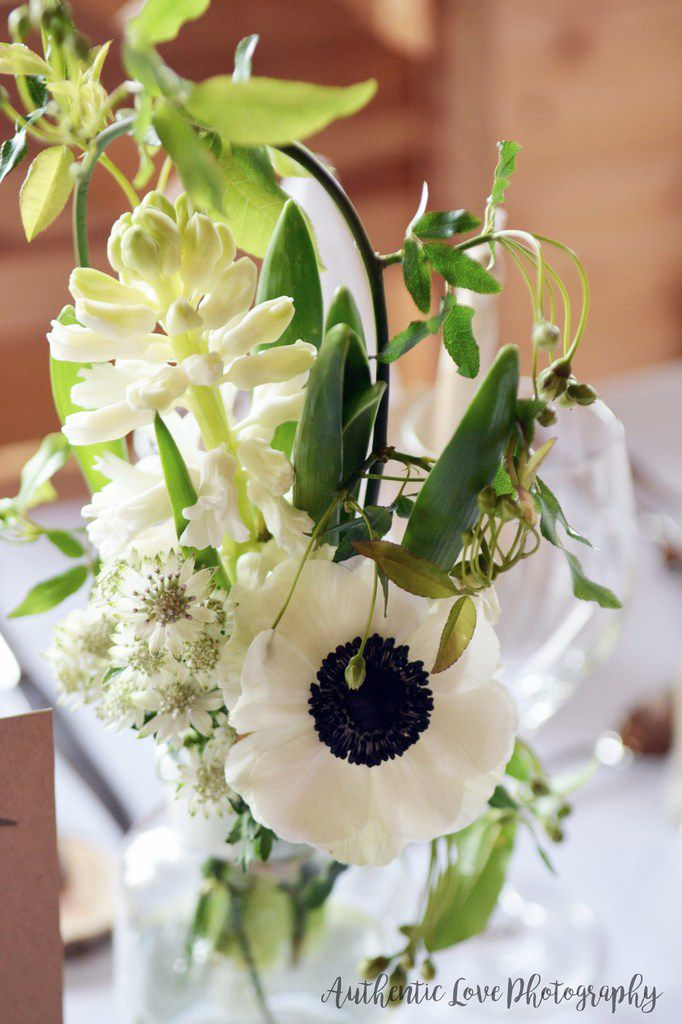 Jolis chemins de tables fleuris dans un esprit nature et botanique, très rustic chic... Avec la papeterie des Petits Trésors de Julie.