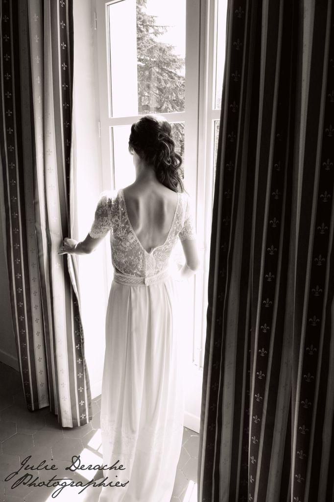 Mariée devant la fenêtre