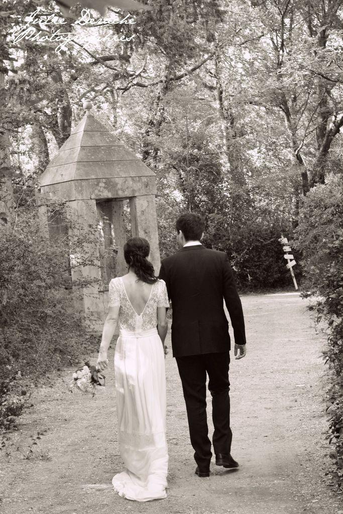 Mariés se promenant dans le château