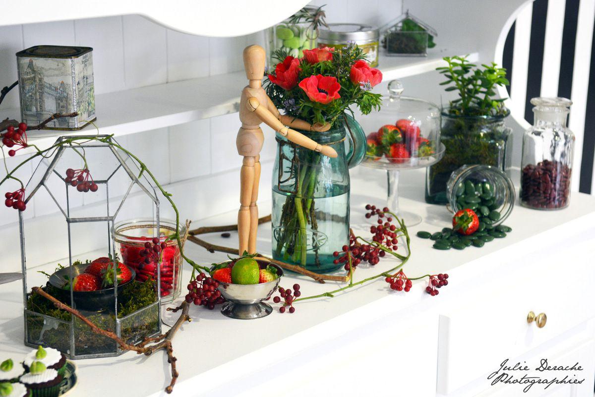 Shooting d'inspiration Nature gourmande, épuré, avec de jolies fraises et anémones !