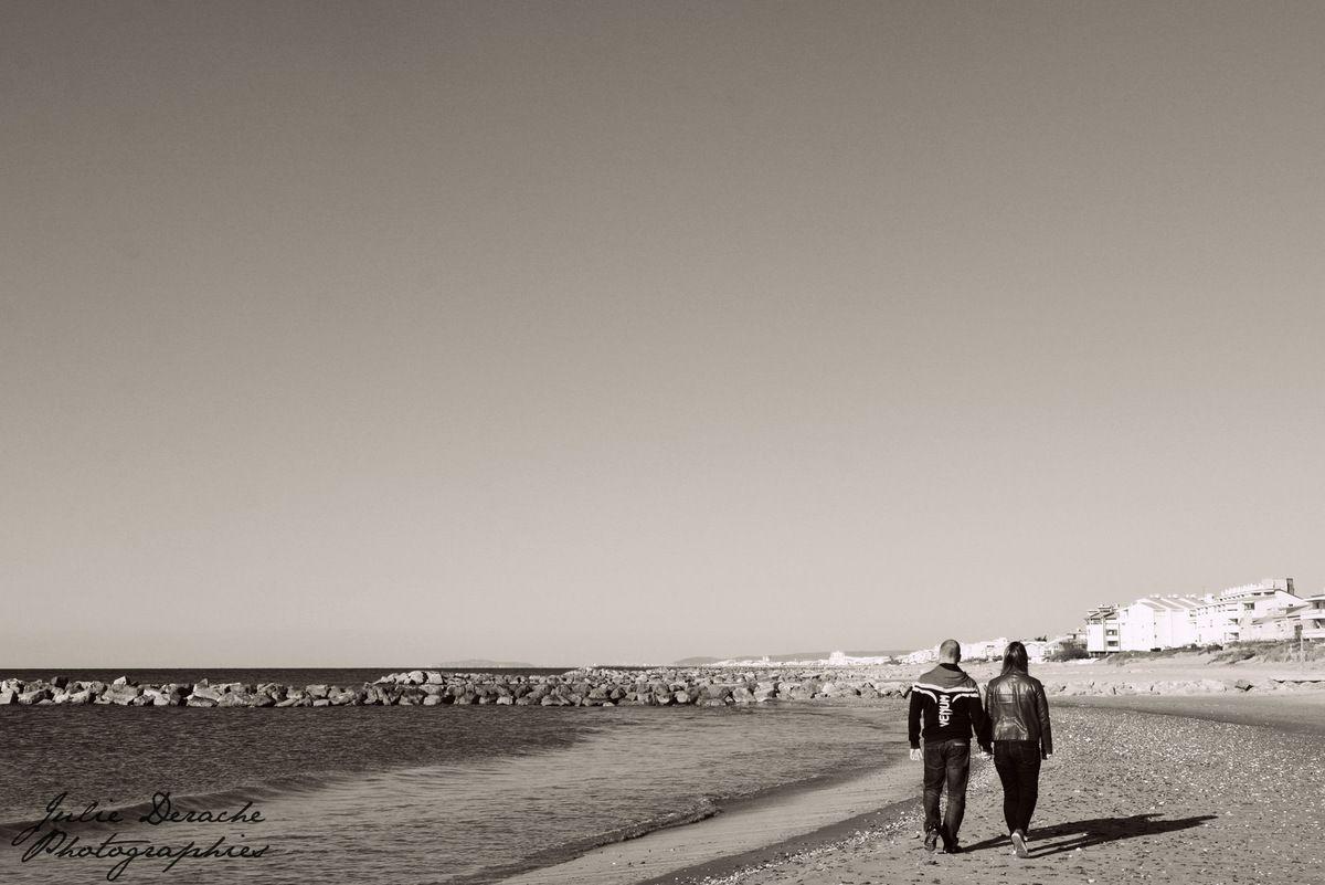 Stéphanie et Julien, seuls sur le sable, en amoureux !