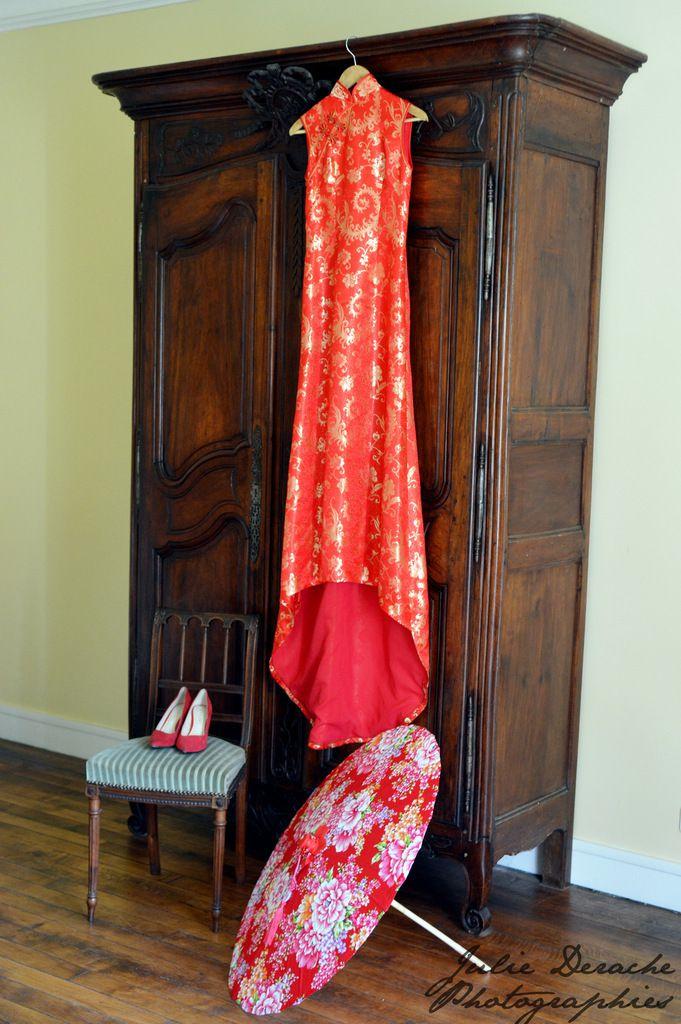 Le qipao rouge et or, accompagné d'une magnifique ombrelle et de chaussures de mariée rouges