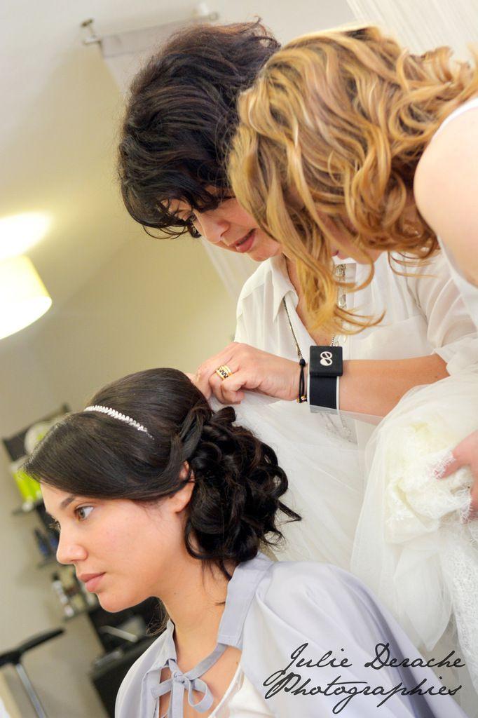 Mathilde se fait coiffer - Une jolie coiffure de mariée romantique surmontée d'un petit diadème élégant