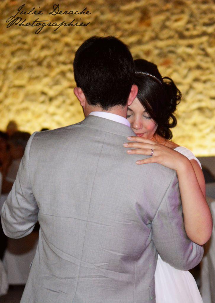 Première danse des mariés, pleine de tendresse, et gâteau des mariés avec un cake-topper so craquant !