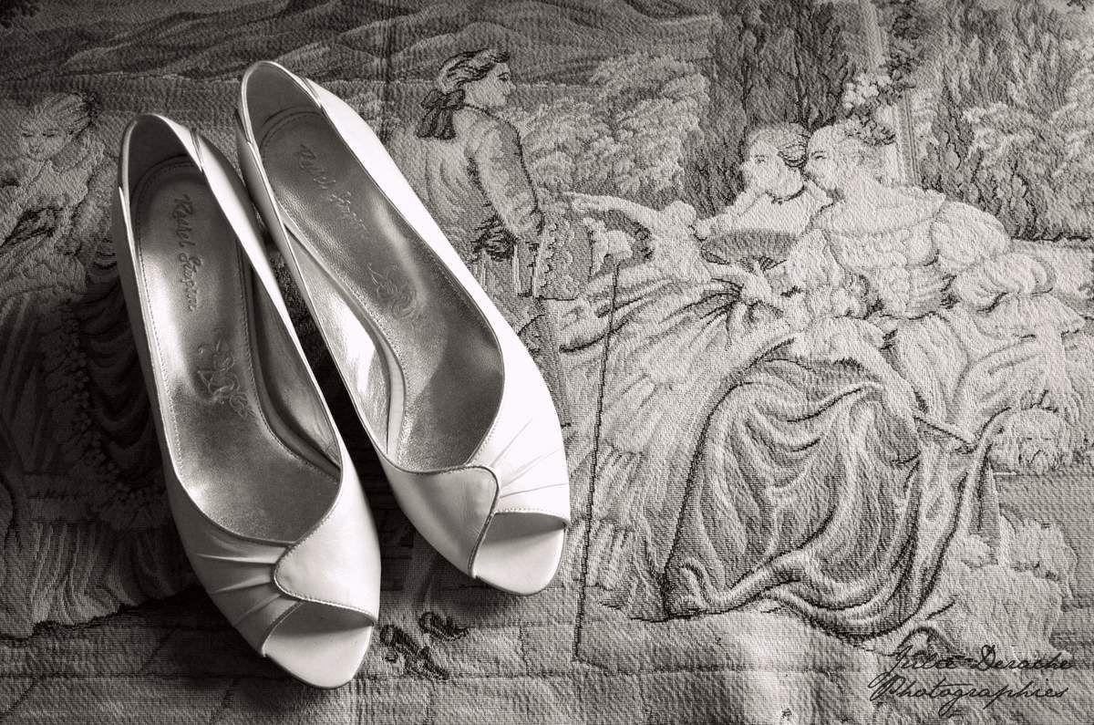 Robe de mariée, chaussures, champagne et fraises ! Wedding dress, shoes, champagne and strawberries!