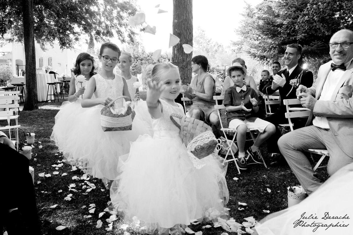 A la fin d'une cérémonie laïque pleine d'émotions, une coccinelle se pose sur la main de la mariée ! J'y vois un excellent présage !