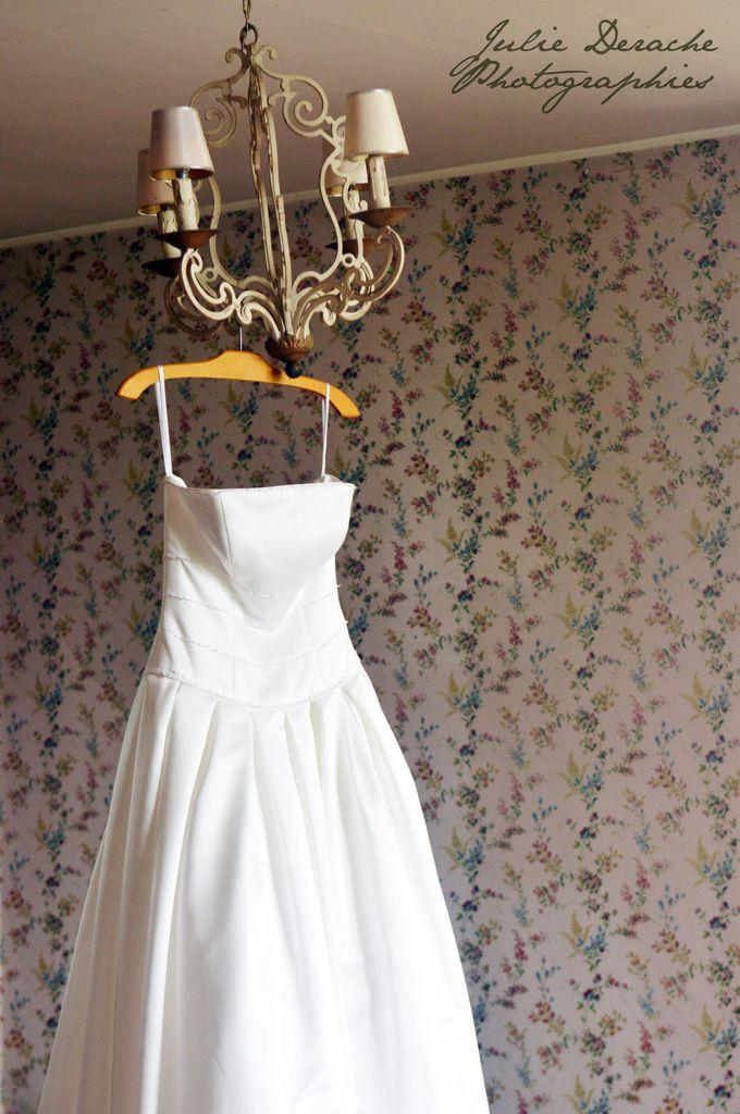 Les atours de la mariée : sa robe, ses chaussures et son bouquet
