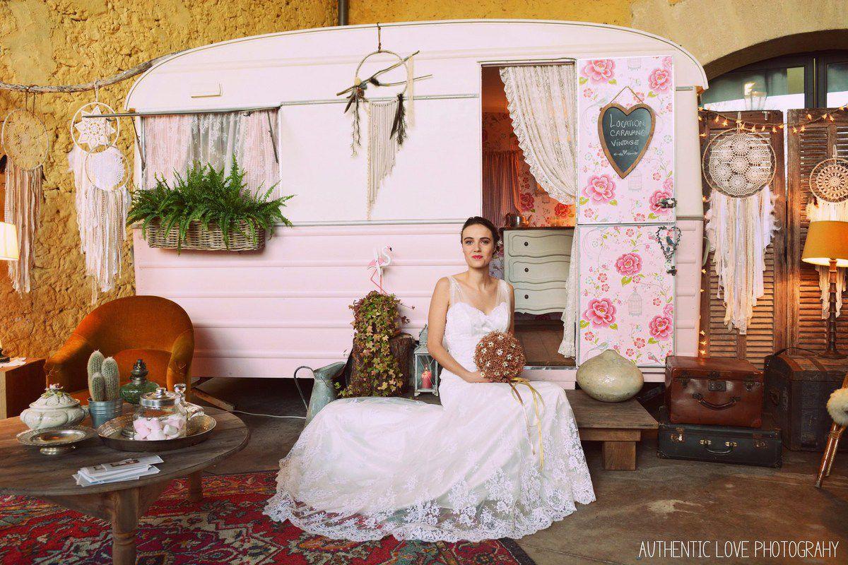 L'adorable mannequin porte une robe de mariée Sarah Dakhli, un bouquet de mariée couture en gypso cuivre par Couturière de la Fleur et la barrette fleurie assortie. Elle pose devant la magnifique caravane vintage d'Une Petite Pièce en Plus