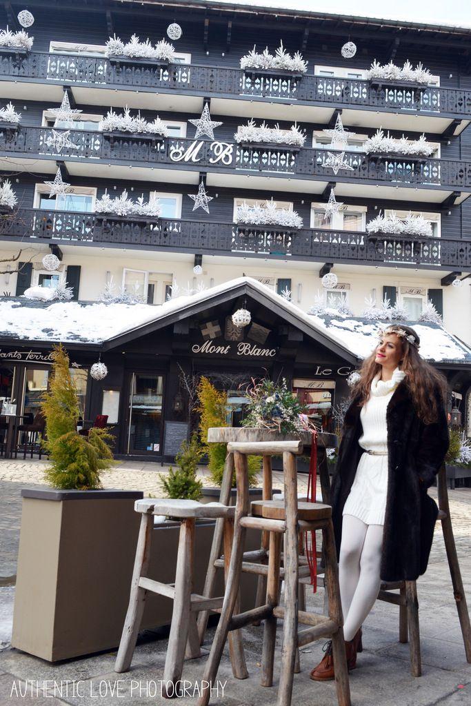 Devant le magnifique hôtel Le Mont Blanc de Megève, hôtel 4 étoiles, hôtel historique de Megève