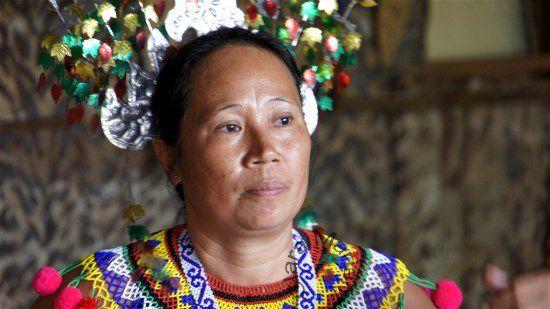 Ethnie Iban (Dayaks) L'épouse du Chef de village  (Village de Batang Ai -Etat du Sarawak) BORNEO