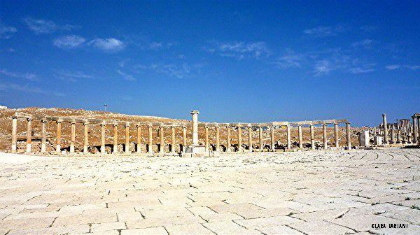 La place pincipale, esplanade sacrée au centre de laquelle était un autel, a la forme d'une éllipse...