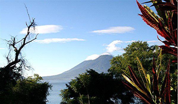 Lac Atitlan - (au fond les volcans Toliman,3158 m  et Atitlan, actif, 3335 m )  -Région des Hautes Terres - Guatemala