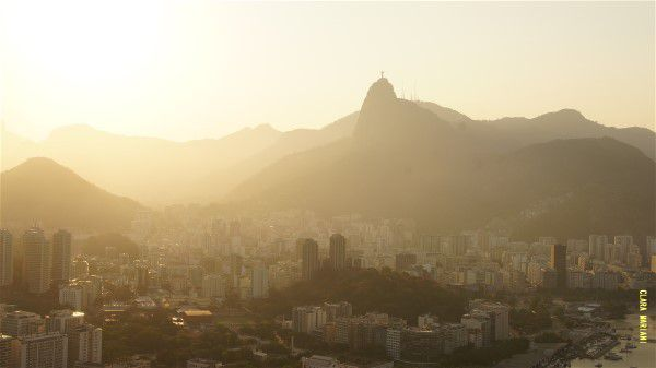 Rare de voir, en plein été,  Rio et l'un de ses deux symboles ( l'autre étant le Pain de Sucre) noyés dans la brume.