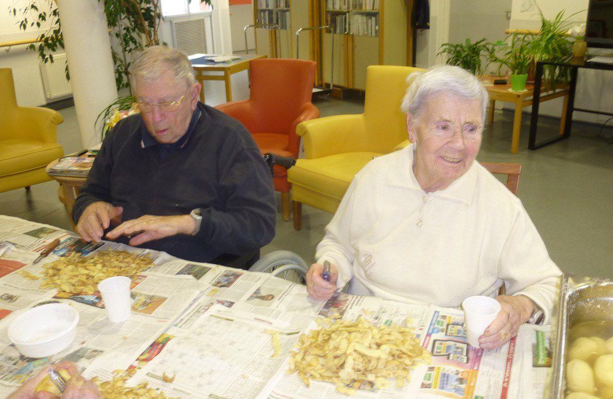 06112014 Atelier épluchage de pommes de terre