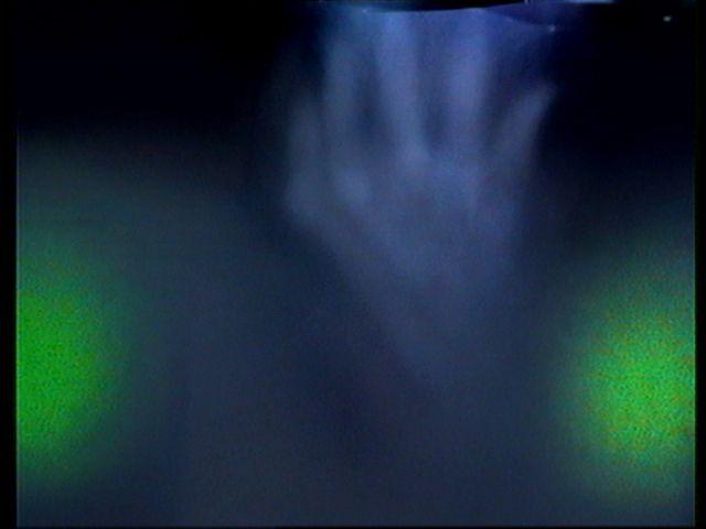 La première, cette main, incroyablement précise morphologiquement parlant. Remarquez le détail des phalanges, des tendons, et de la forme typique du pouce par rapport aux autres doigts (au nombre de 5! Normal me direz-vous, mais n'oublions pas que cela apparait dans de la brume sèche!)