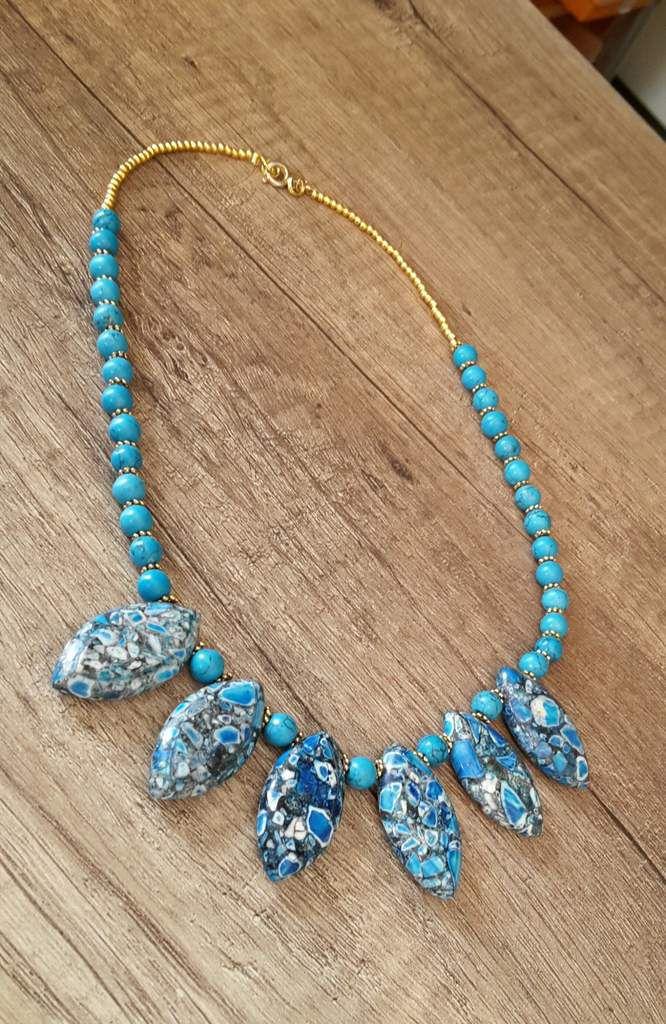 Collier ras de cou , tout en turquoise et perles dorées