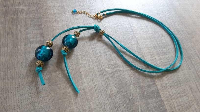 Collier suédine bleu vert et magnifiques perles de verre bleu accompagnées de perles métal ciselé doré.