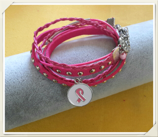Bracelet 3 rangs, double tour, cordons de coton et suédine .Magnifique rose d'été. Très joli fermoir métal argenté aimanté.