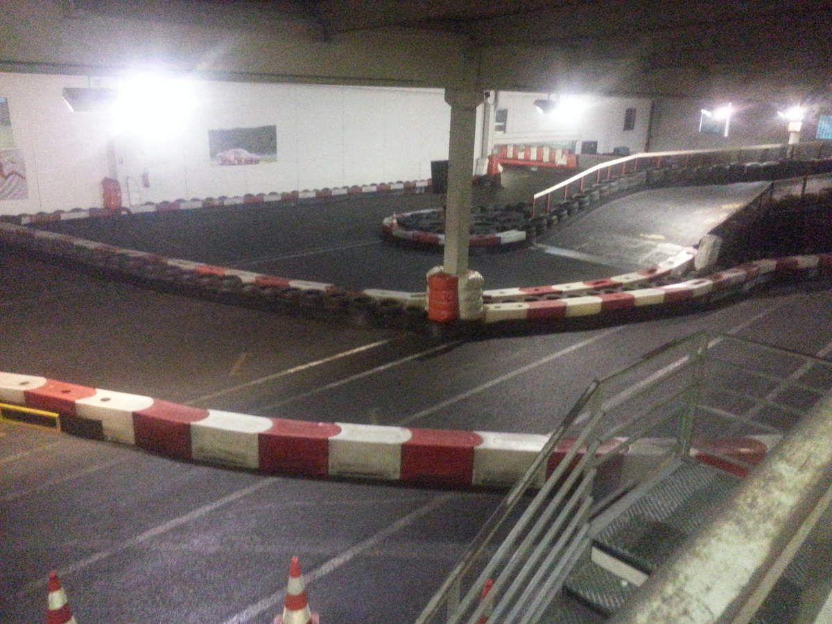 séance karting de nuit en indoor avec le groupe laudis automobiles en mai 2016