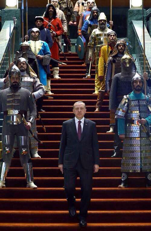 """sauf erreur il semblerait que la table soit dans le palais présidentiel qu'Erdogan a fait construire dans le vaste programme de construction dont le pont sur le Bosphore. L'emblême est celui de l'empire ottoman que de nombreux Turcs se revendiquant """"loups gris"""" arborent"""