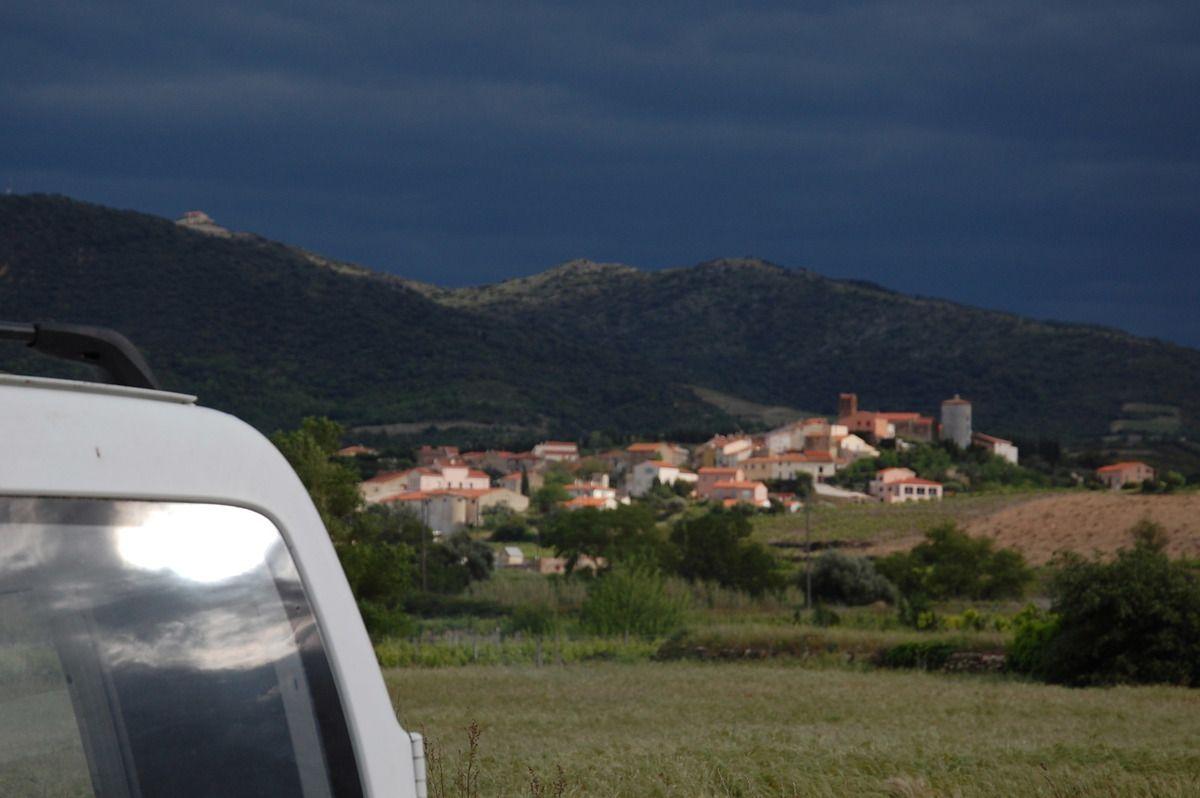 Le soleil se reflète sur la vitre arrière de ma voiture avec le village de Montner.