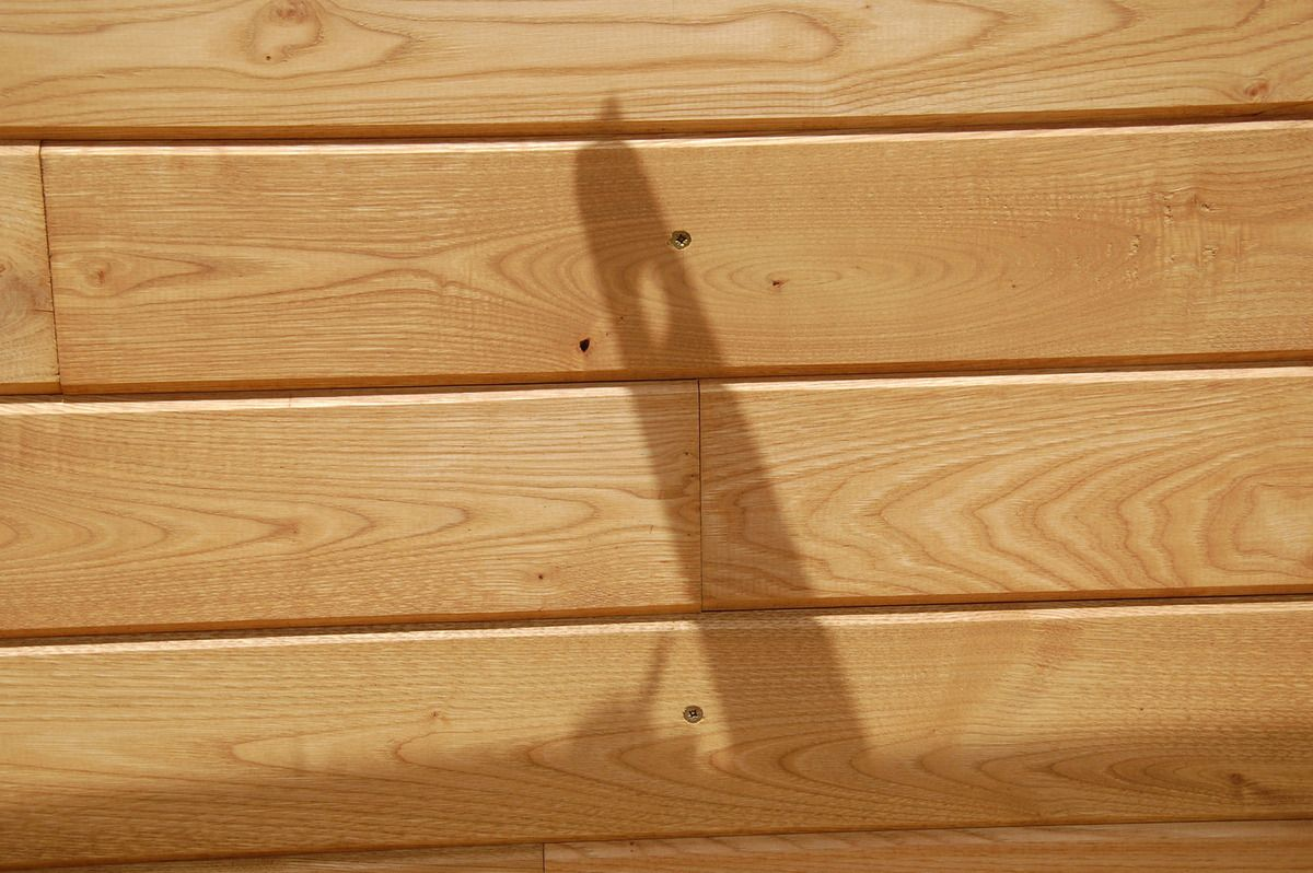 L'ombre de la perceuse et du niveau d'eau.