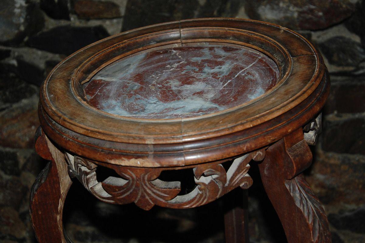 Une petite table ronde à trois pieds.