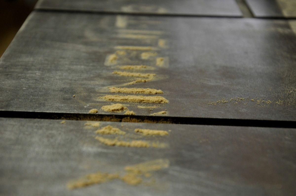 Après ponçage la table marque aussi bien.