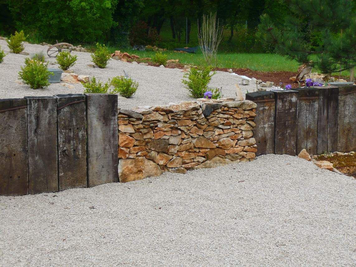 Pierres s ches et traverses de chemin de fer des murets for Pierre de decoration jardin