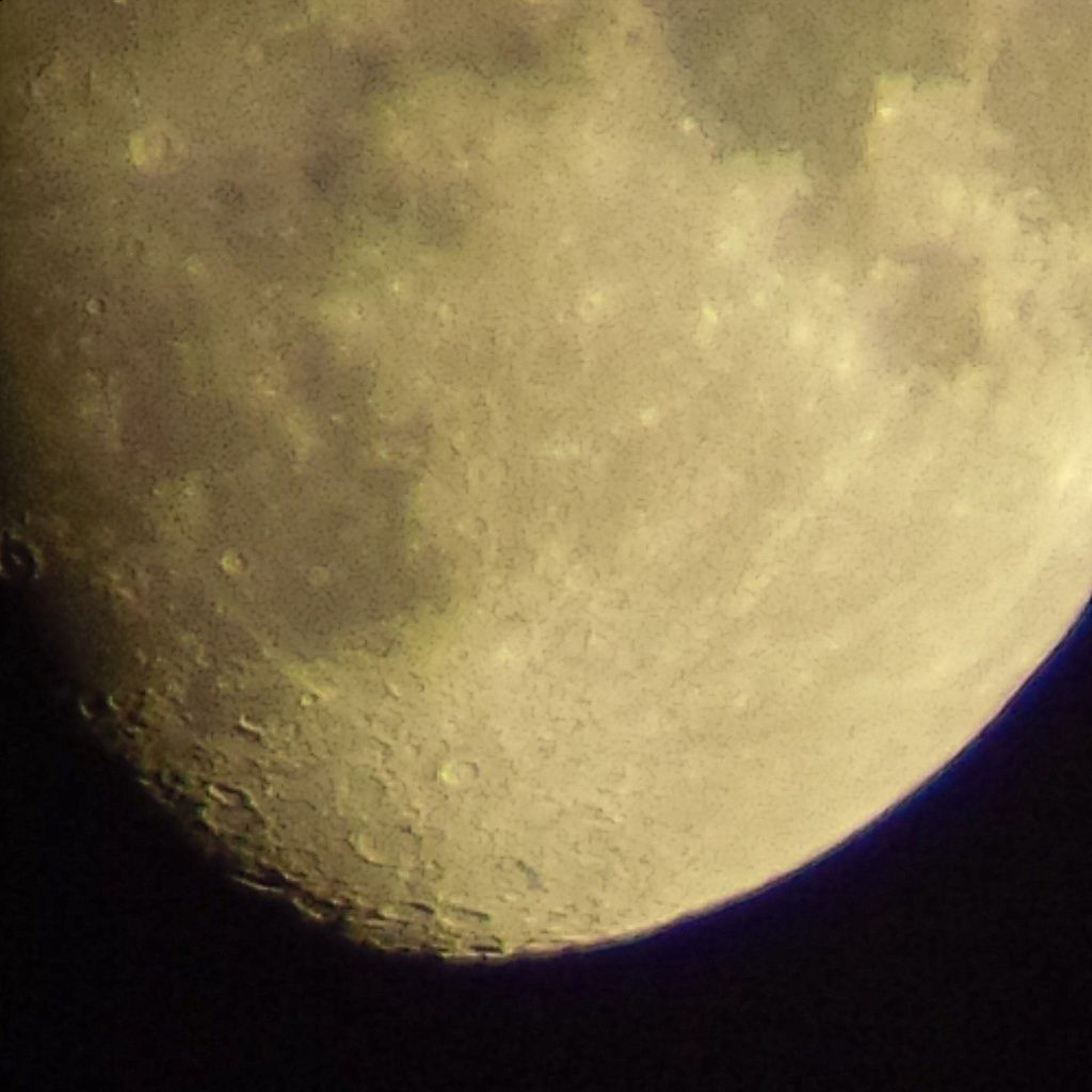 Lune Gibbeuse ascendante du 11/04/2014 - 00:09 AM - Plein zoom face Sud - BlackBerry Q10 + Praktica compact 15-45*60