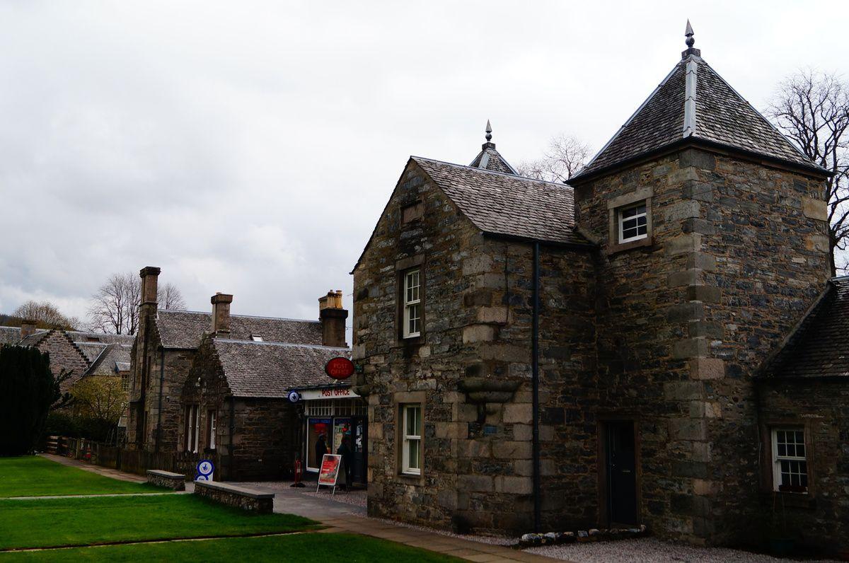 Au passage, la grande propriété avec tous les bâtiments blanc : la distillerie de Dalwhinnie