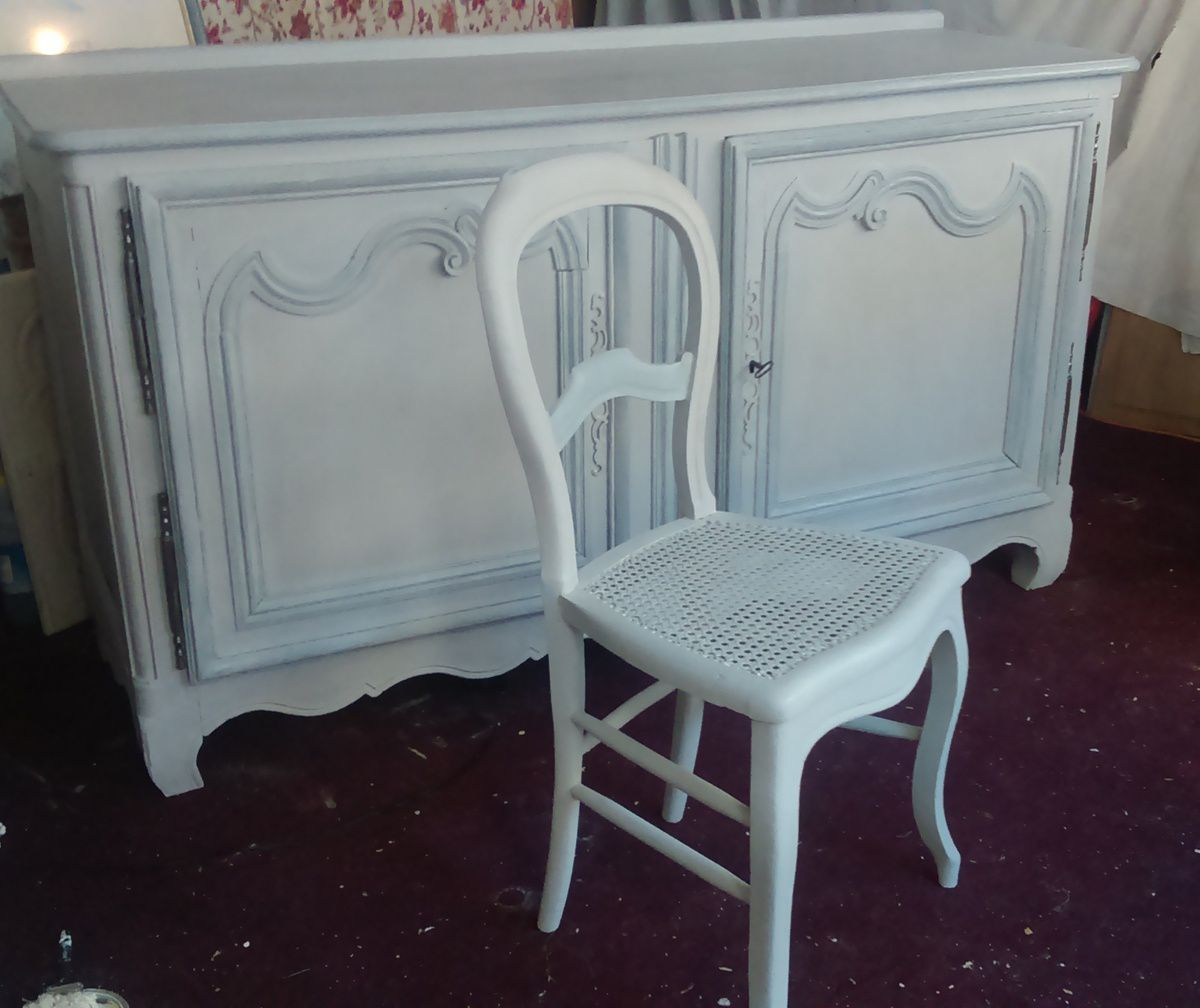 Enfin les beaux meubles régionaux du XIX ème de mes clients ont retrouvé leur place dans l appartement. Ces meubles en chêne massif ont été patiné style Gustavien Shabby chic gris colombe et gris ardoise.  Une belle réussite les veines du bois sont bien visibles.  Mes clients aiment.
