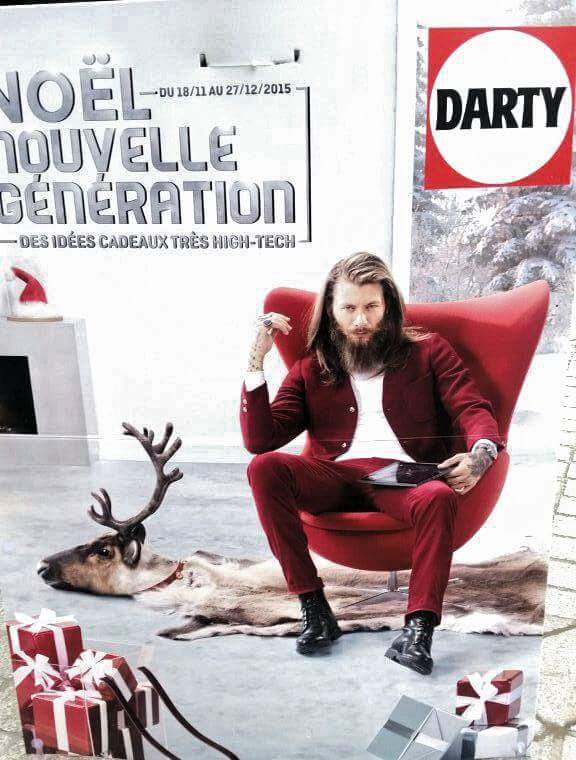 L'affiche  originale du pére Noël de Darty sur l'un de ses rennes en carpette