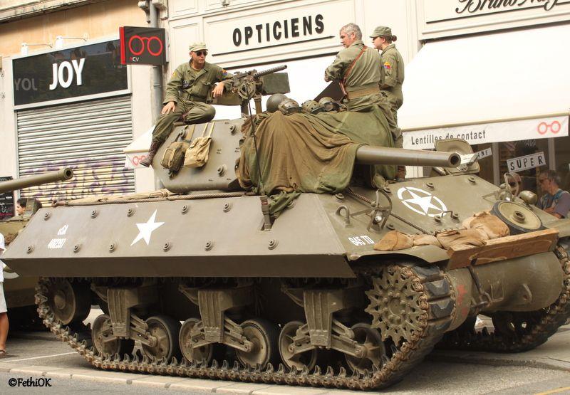 Défilé de véhicules anciens et militaires.Survol d'avions militaires d'époque