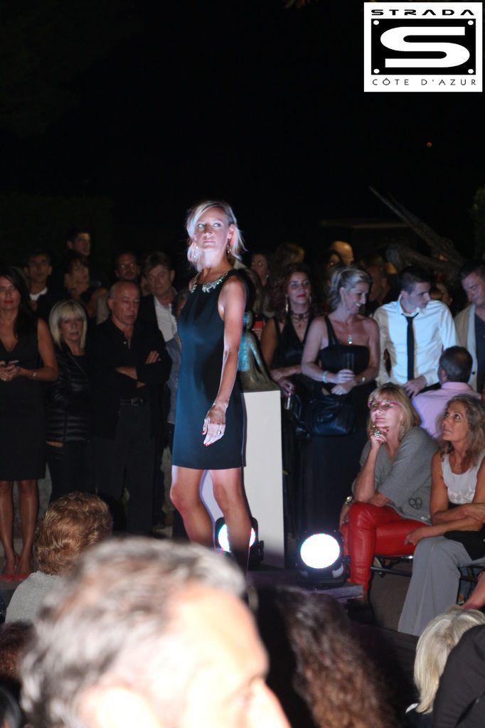 Aline porte une robe de Coktail BARBARUI BUI avec un col bijoux brodé sur la robe.