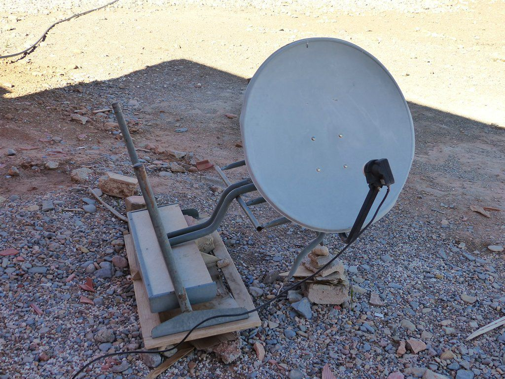 L'antenne de l'instituteur fixée sur un banc d'écolier renversé !