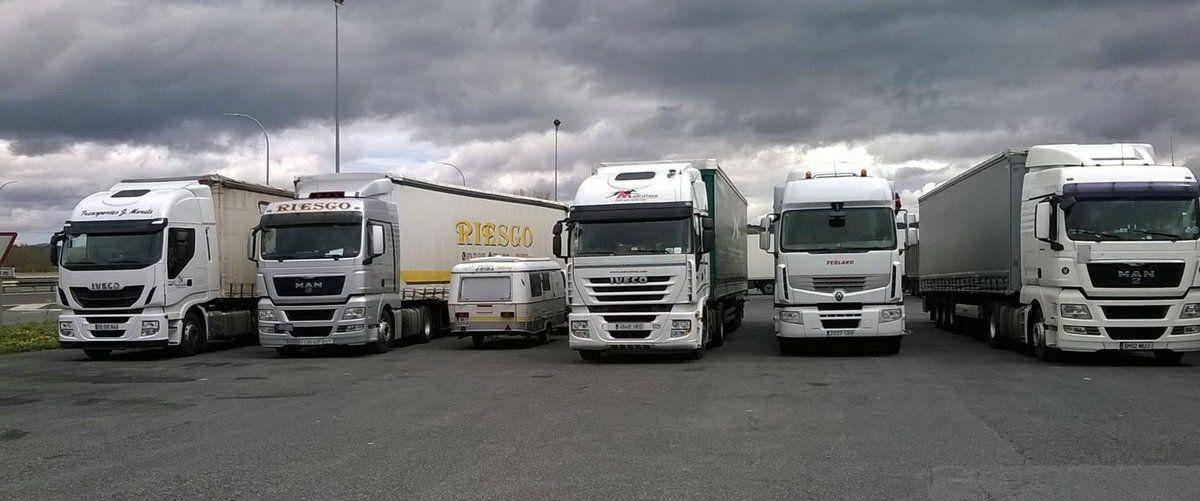 Comme notre caravane est petite entre ces gros camions !