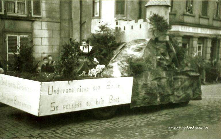 Carnaval des années 50 devant le café des Escales