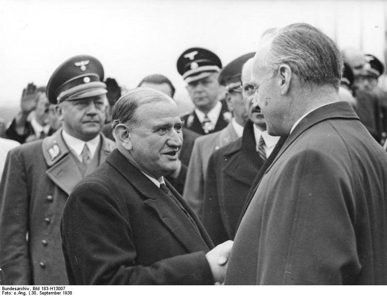 À gauche, Adolf Wagner, avec Daladier et Ribbentrop, lors des accords de Munich, le 30 septembre 1938.