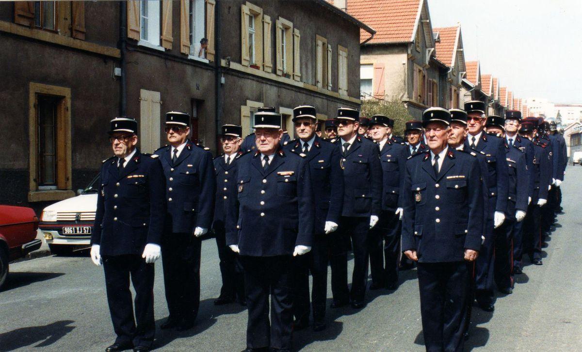 suivi des Sapeurs-Pompiers en uniforme d'époque....et des vétérans...