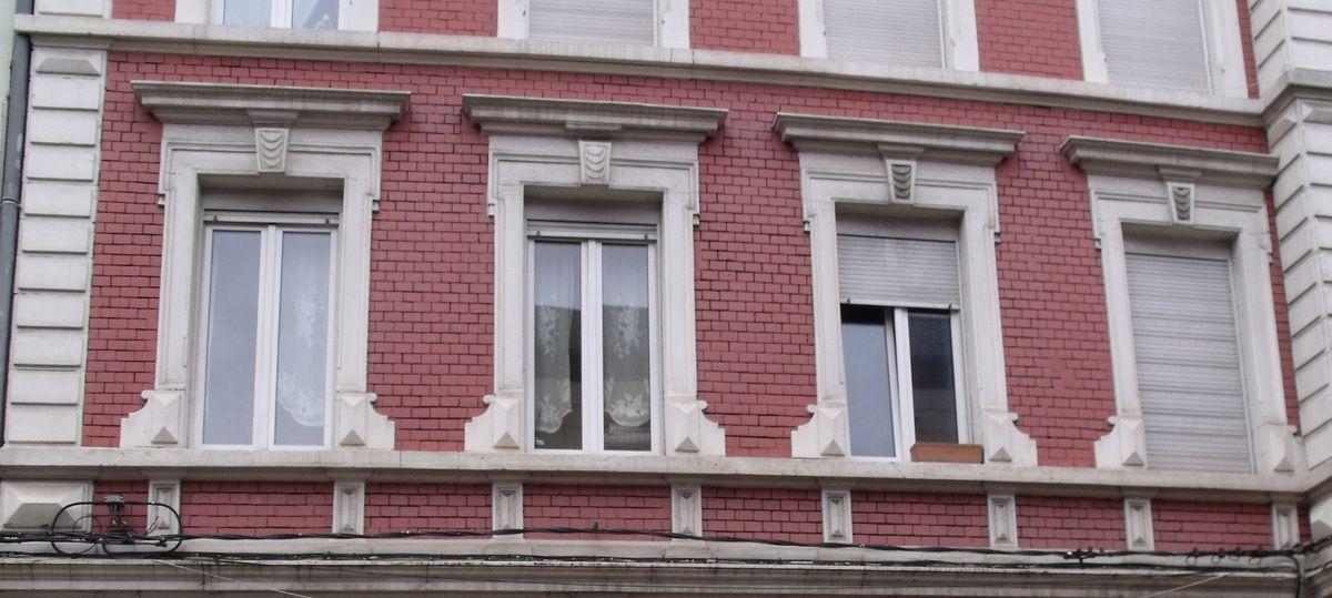 Motifs sous la toiture et au-dessus des fenêtres